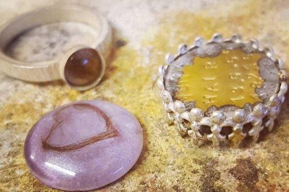 ¡Estas increíbles joyas están hechas con cabello, placenta y leche materna!