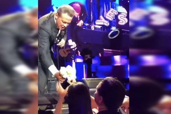 Luis Miguel ayuda a fan a pedir matrimonio en pleno concierto (+VIDEO)