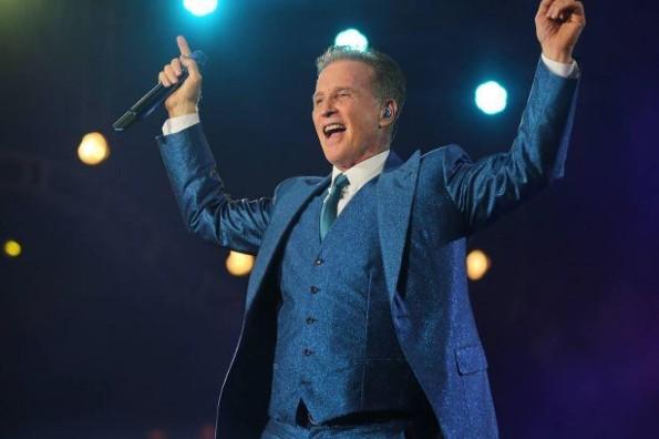 Emmanuel recibe disco de oro por ventas del álbum: MTV Unplugged 'Con el alma desnuda'