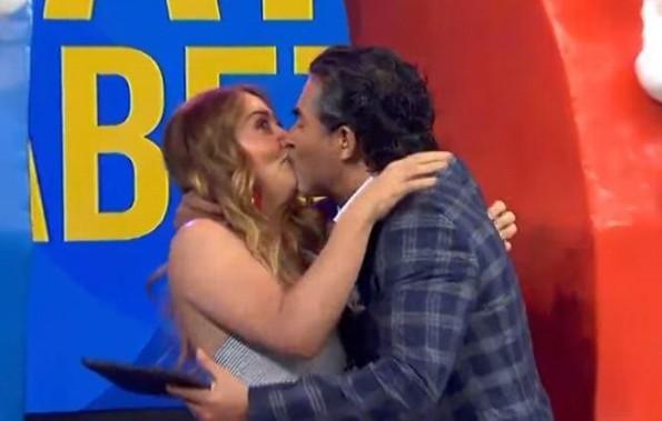 Andrea Legarreta y Raúl Araiza hacen las paces con beso ¡en la boca! (+VIDEO)