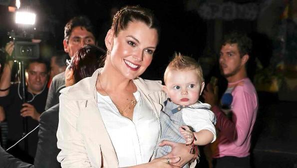 Afirman que Marjorie de Sousa deja sin comer a su hijo antes de ver a Julián Gil
