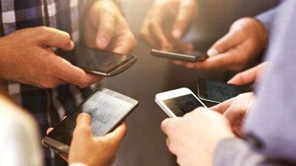 La mayoría de los mexicanos usan el celular para evitar a las personas, revela estudio