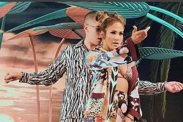 Mira cómo coquetean Jennifer Lopez y Bad Bunny (+VIDEO)