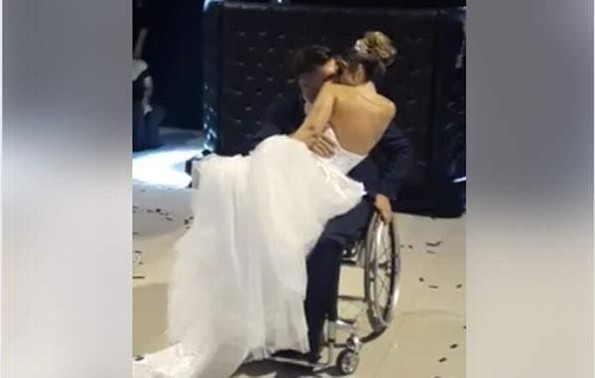 Novio paralítico sorprende a su novia en el vals #VIDEO