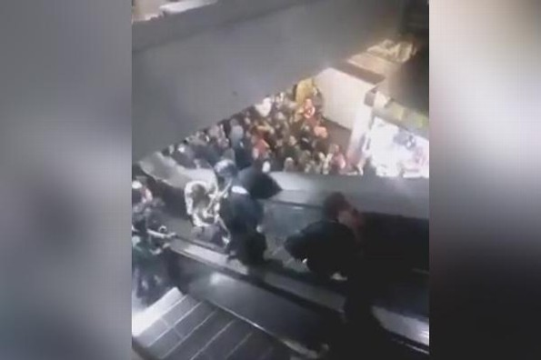 Escaleras del metro de la CDMX causan sorprendente accidente #VIDEO