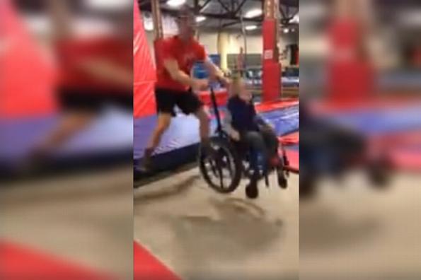 Niño en silla de ruedas enternece al saltar en trampolín #VIDEO