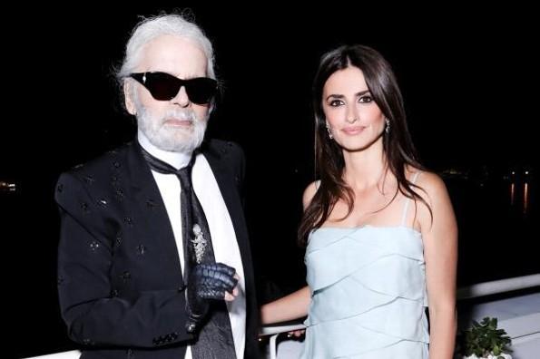 Penélope Cruz camina en honor a Karl Lagerfeld #FOTO