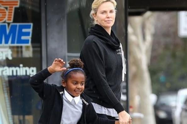 Anuncia Charlize Theron que su hija es transgénero