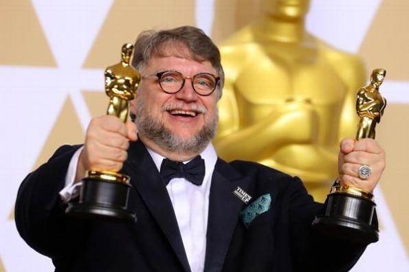 Guillermo del Toro apoya a mexicanos de la Olimpiada de Matemáticas con sus vuelos
