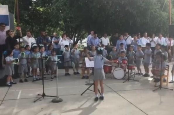 Niña demuestra su talento musical dirigiendo orquesta #VIDEO