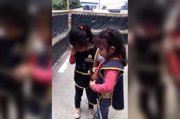 Niña invidente ayuda a su amiga a usar su bastón guía #VIDEO
