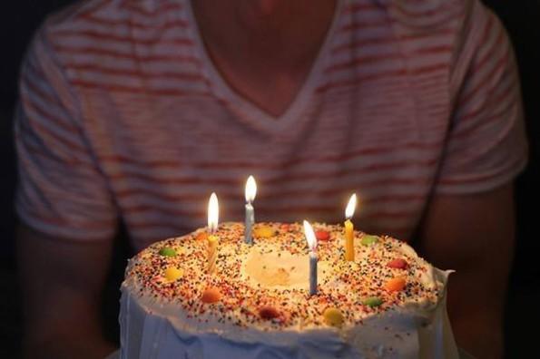 Celebra solo su cumpleaños en centro comercial y esto pasó #VIDEO