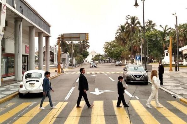 Familia veracruzana recrea la famosa portada de Los Beatles a 50 años del lanzamiento de Abbey Road