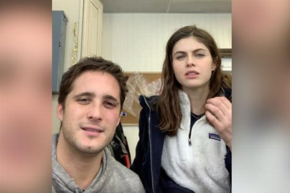 Diego Boneta le enseña groserías en español a Alexandra Daddario #VIDEO