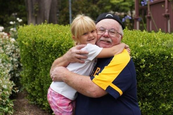 Abuelos que cuidan a sus nietos viven por más años