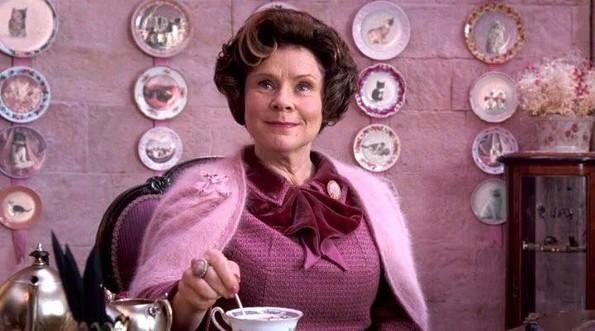 Dolores Umbridge se une a la realeza, confirman a Imelda Staunton como la Reina Isabel II en