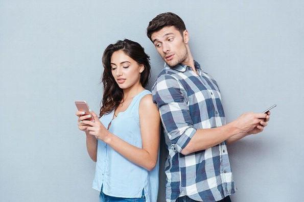 La tecnología y redes sociales transforman la vida en pareja