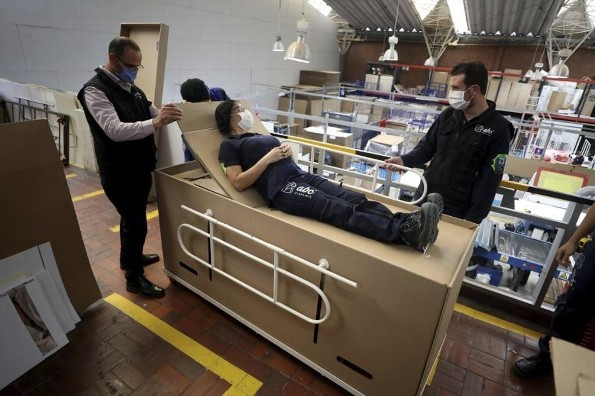 Crean cama de cartón que se convierte en ataúd (+video)