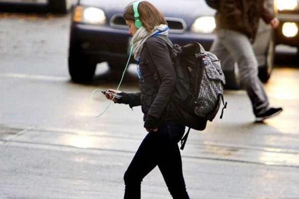Ciudad japonesa busca prohibir el uso del celular cuando se camina