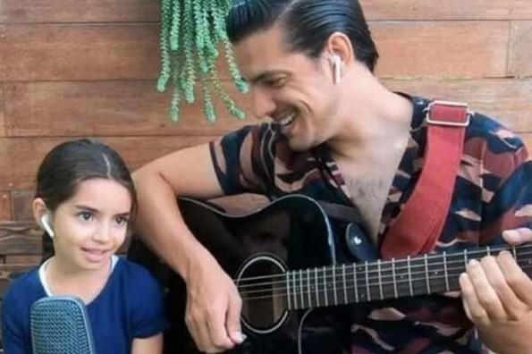 Se viraliza video de Aitana y Vadhir Derbez cantando