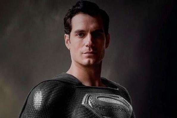 Revelan video de Superman portando su traje negro en