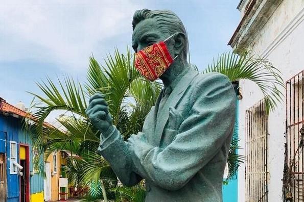 Colocan cubrebocas a estatua de Agustín Lara