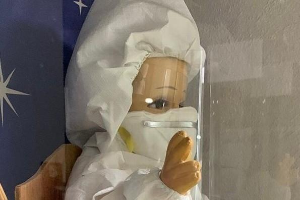 Visten con traje de COVID a Niño Dios en hospital y se viraliza