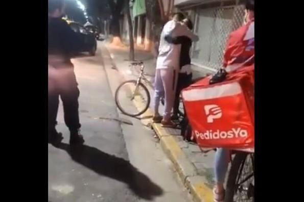Roban bicicleta a repartidor; clienta le da la suya para que siga trabajando (+video)