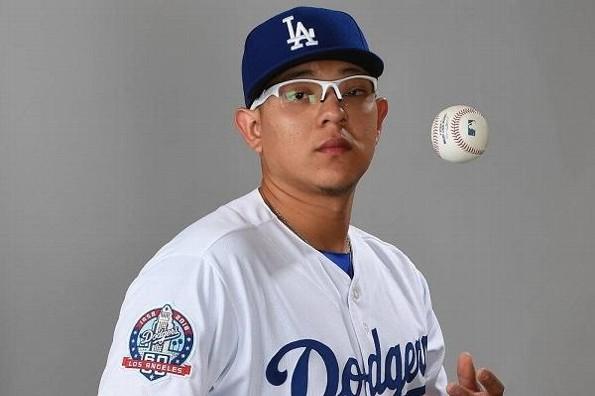 Beisbolista Julio Urías tuvo de niño un tumor en el ojo izquierdo (+foto)