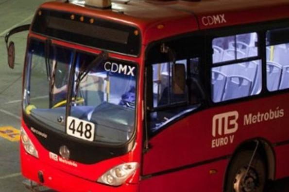 Padre olvida a su hijo dormido en en Metrobús (+foto)
