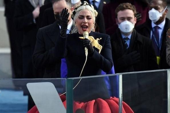 Lady Gaga canta el himno de EU en toma de protesta de Biden (+video)