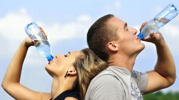 Beneficios de beber agua en ayunas