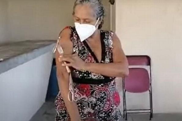 Asegura que sus brazos se magnetizaron luego de vacunarse contra COVID-19 (+video)