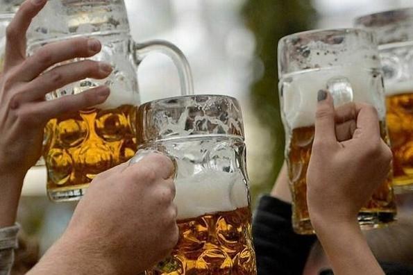 Recomiendan no consumir alcohol 72 horas después de vacunarse contra COVID